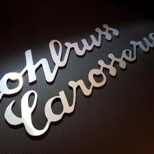 Gefräster Schriftzug aus Aluverbund mit gebürsteter Edelstahloptik